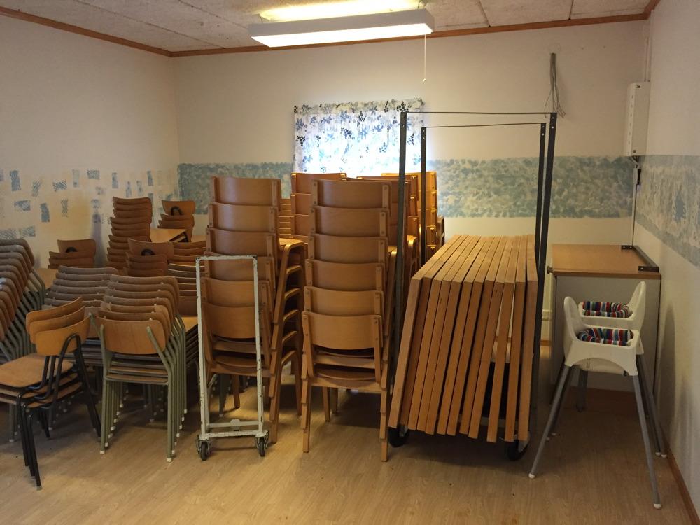 Rum där det förvaras bord och stolar