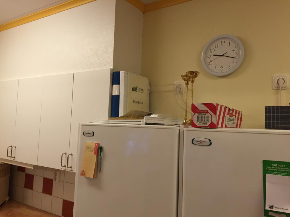 Brandsynspärmen står uppe på kylskåpet.
