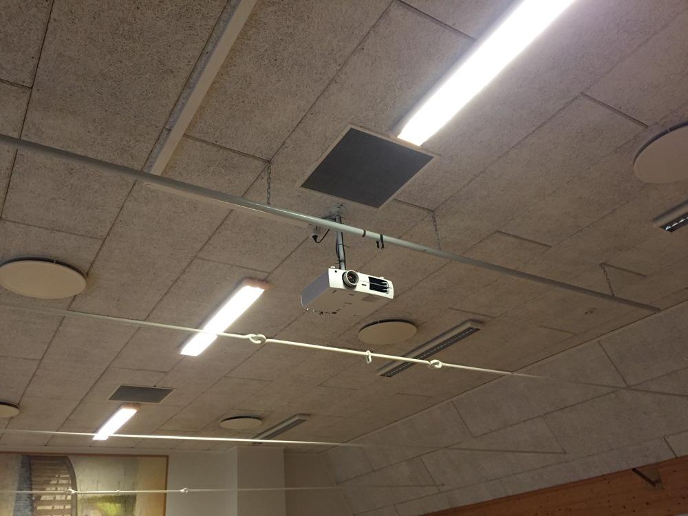 Projektor, duk fälls ned med fjärrkontroll
